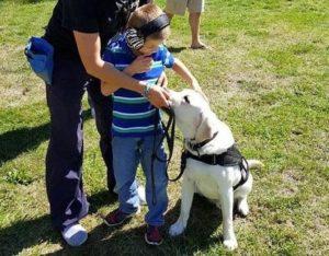 Copiii cu autism pot fi ajutați de către câinii lor însoțitori