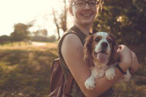 Tânără stăpână alături de câinele ei