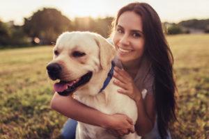 Labrador alături de tânara sa stăpână