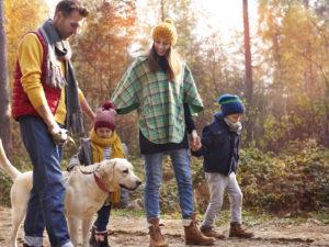 Tineri părinți alături de cei doi copii și câinele familiei